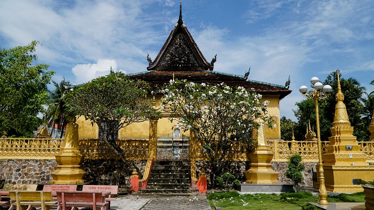 Cổng phụ Chánh điện chùa Xà Tón