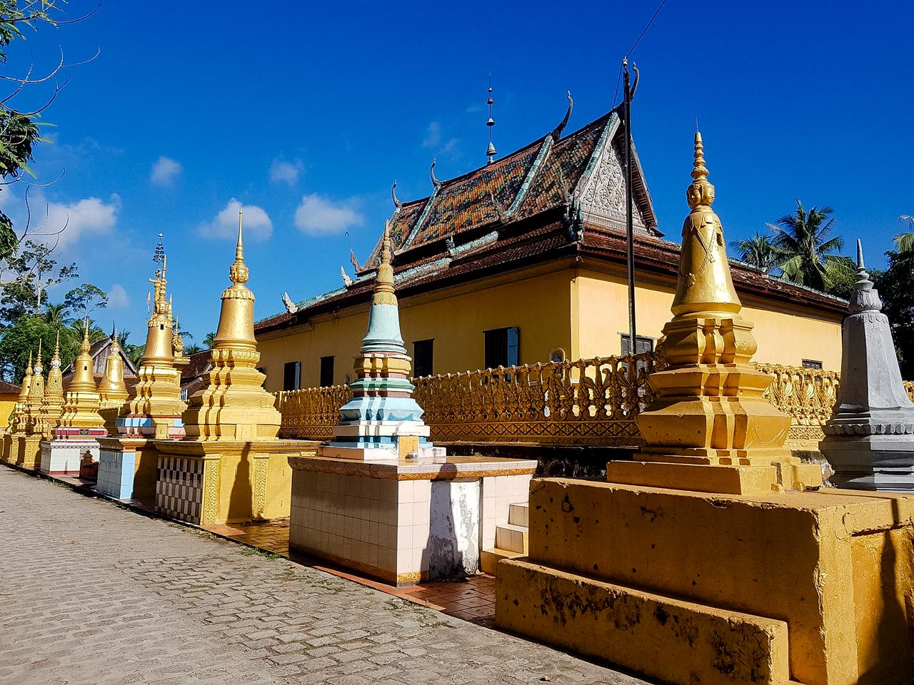 Dọc lối đi bộ chùa Xà Tón là nhiều nét kiến trúc điển hình người Khmer Nam Bộ