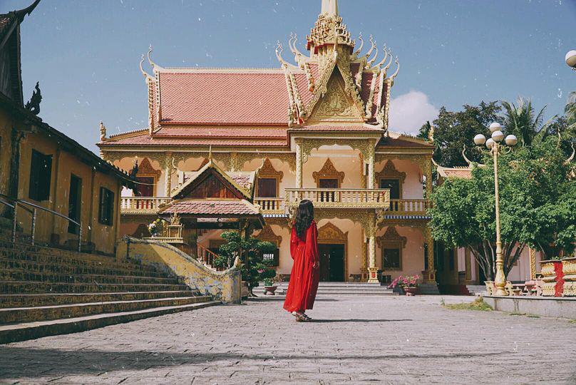 Khách tham quan chụp ảnh check in bên trong chùa