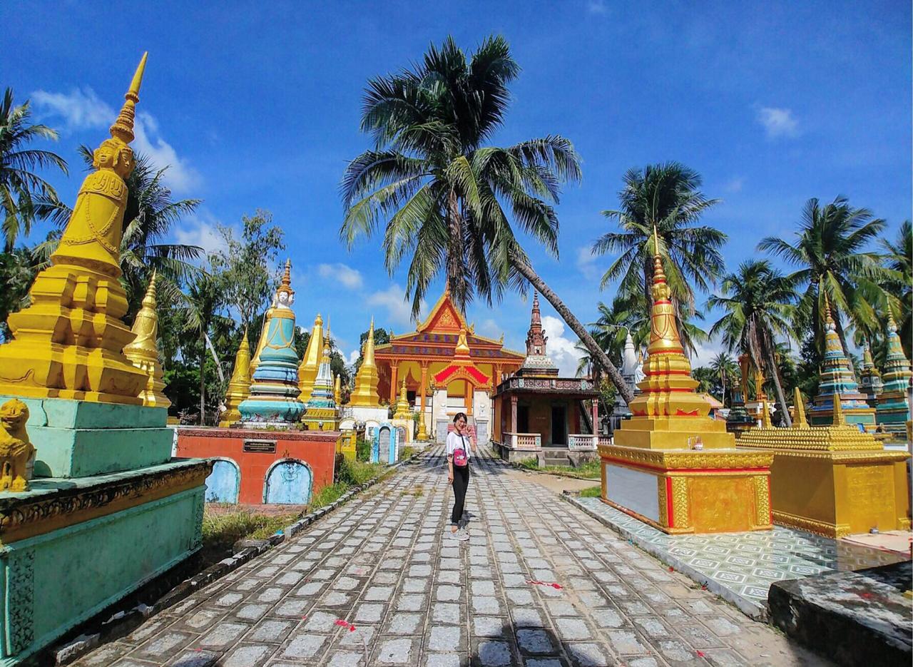Khách tham quan chụp hình ở sân chùa