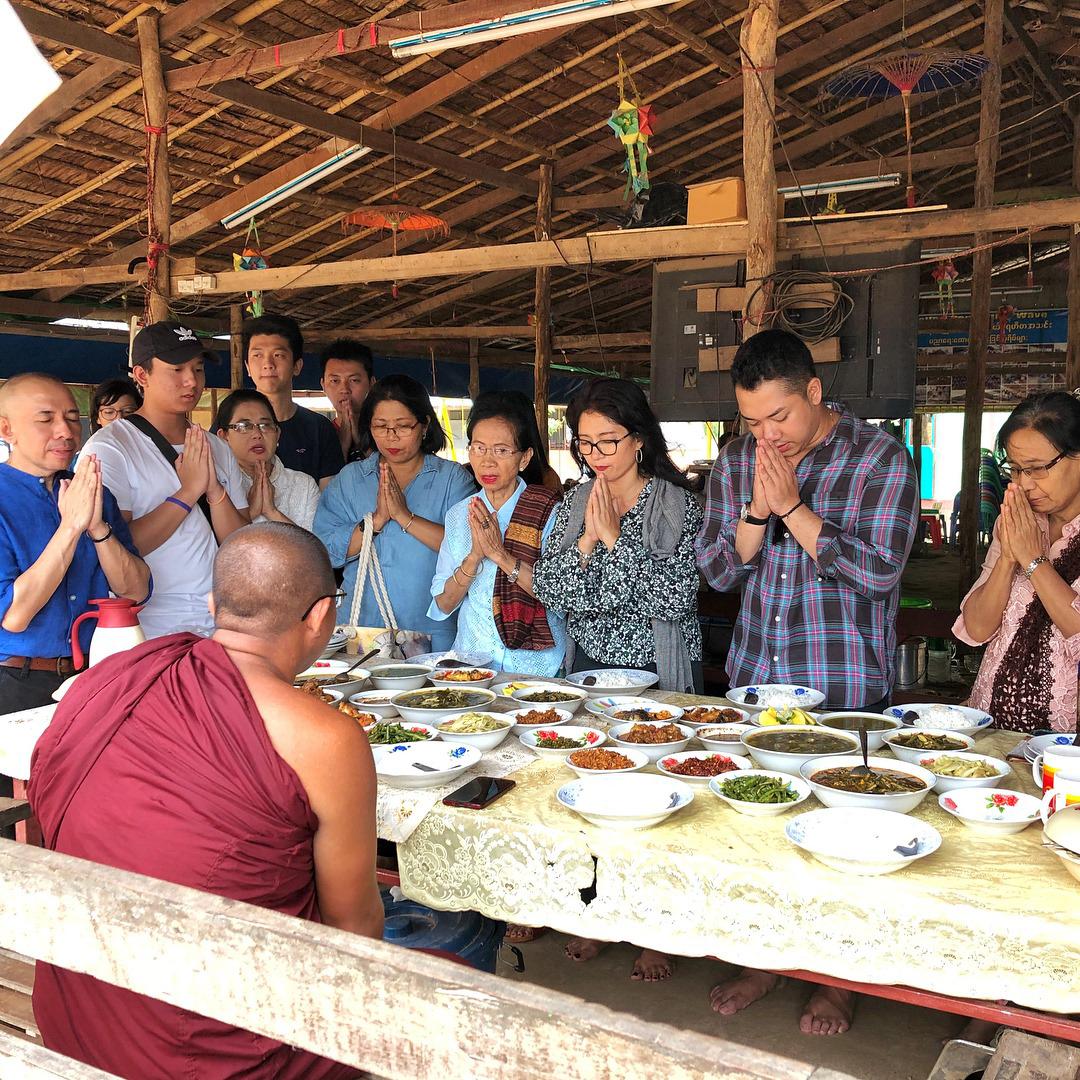 Phật tử cảm ơn sư vì bữa ăn ở chùa