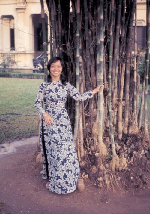Một người phụ nữ Tây mặc áo dài truyền thống Việt Nam năm 1969 | Photo by Craig Ailles