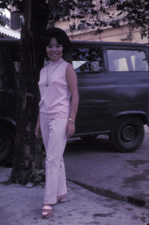 Phụ nữ mặc đồ khá sành điệu năm 1969 | Photo by Craig Ailles