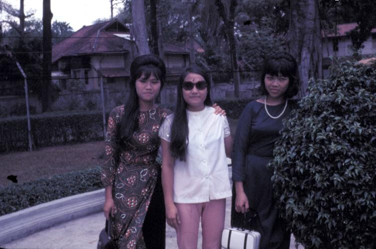 Những người phụ nữ ăn mặc sành điệu tụ họp dịp lễ