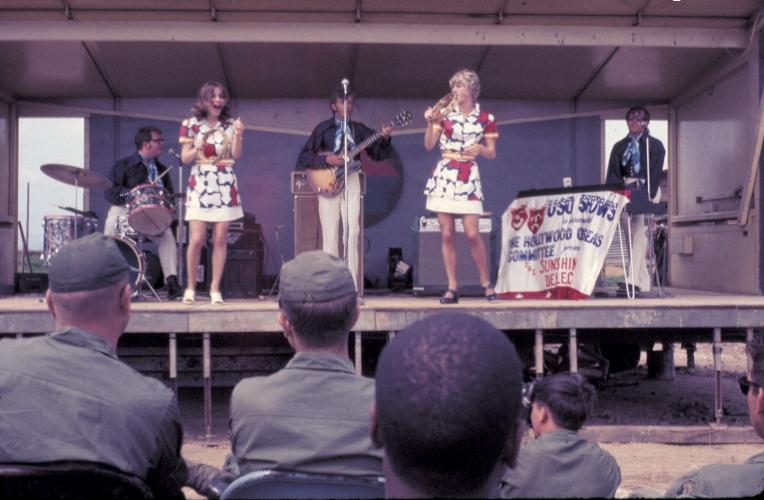 Một buổi trình diễn văn nghệ ngoài trời cho quân nhân tại doanh trại Tân An năm 1969 | Photo by Craig Ailles