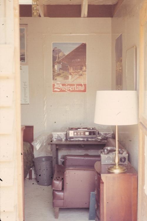 Trang trí bên trong một phòng ở của quân nhân tại doanh trại Tân An năm 1969 | Photo by Craig Ailles