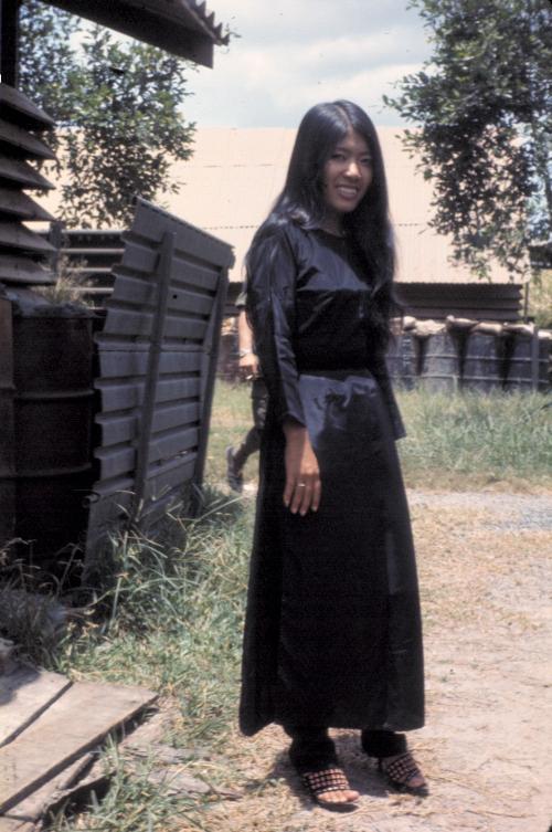 Một cô gái Việt làm việc bên trong doanh trại Tân An năm 1969 | Photo by Craig Ailles