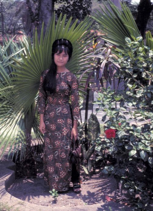 Người phụ nữ Việt mặc áo dài truyền thống ở Trại Tân An năm 1969 | Phototo by Craig Ailles
