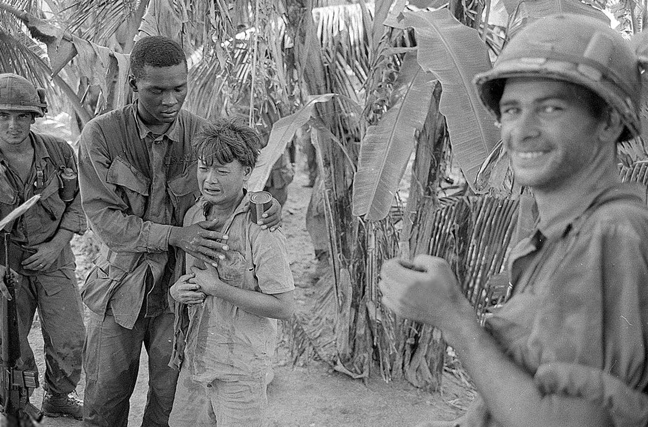 Người lính Hoa Kỳ an ủi đứa trẻ đang khóc khi thấy cảnh Việt Cộng bị bắt ngoại ô Sóc Trăng | Chiến tranh Việt Nam