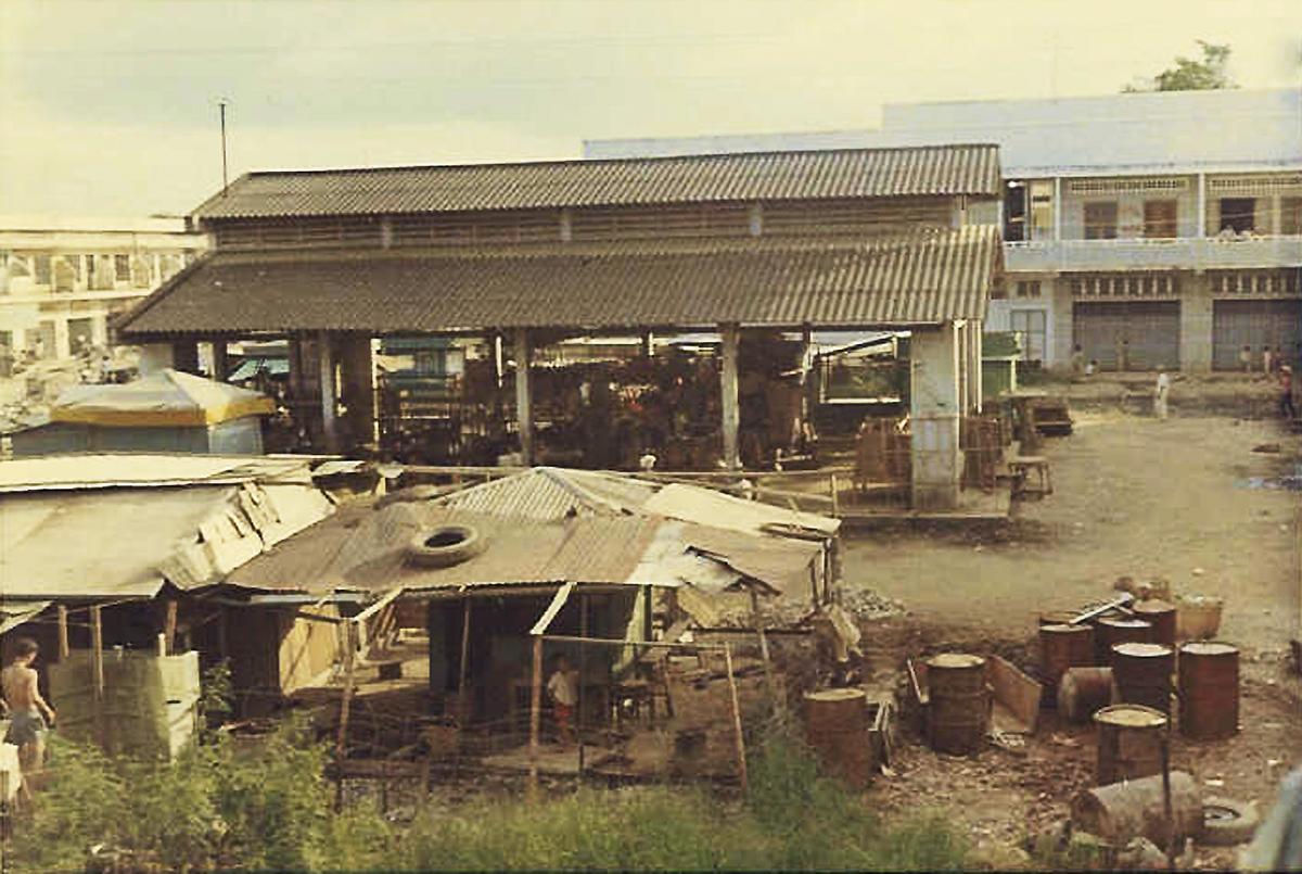 Chợ Long Châu (Trước là chợ Tân Bình) Vĩnh Long năm 1968 - 1969 | Photo by Raymond Pete Peterson
