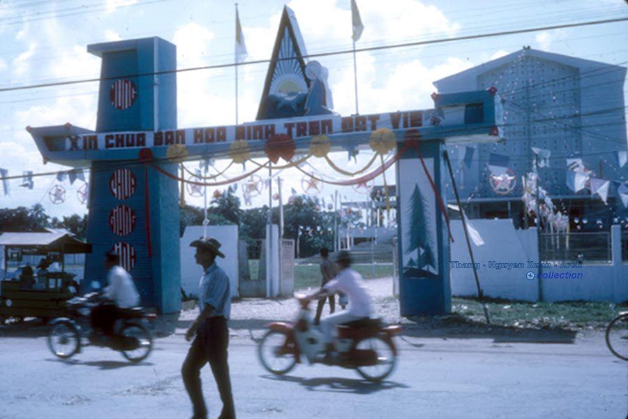 Cổng nhà thờ Vĩnh Long năm 1966 | Photo by Bruce Decker