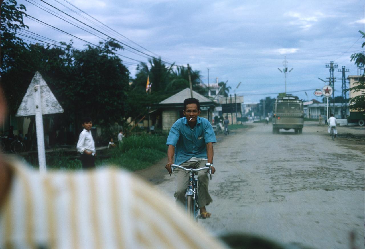 Đường tỉnh xưa ở Vĩnh Long năm 1967 | Photo by Alan Johnson