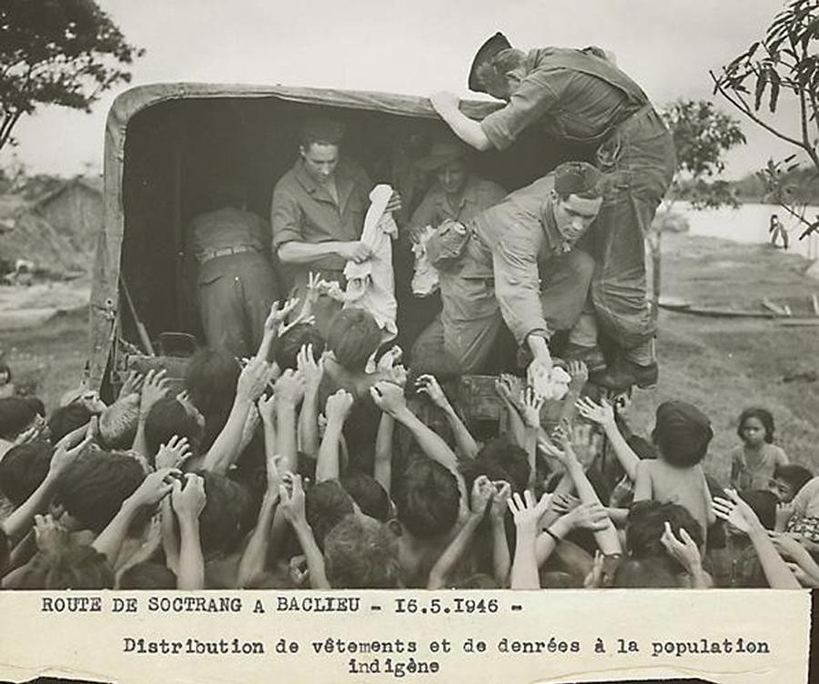 Phân phát quần áo và thực phẩm cho người bản xứ ở Sóc Trăng trên đường đi Bạc Liêu ngày 16/5/1946