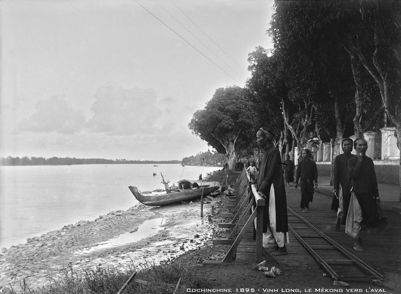 Khung cảnh hạ lưu sông Mekong với những người An Nam mặc áo truyền thống ở Vĩnh Long năm 1895 | Photo by Author Salles Andre