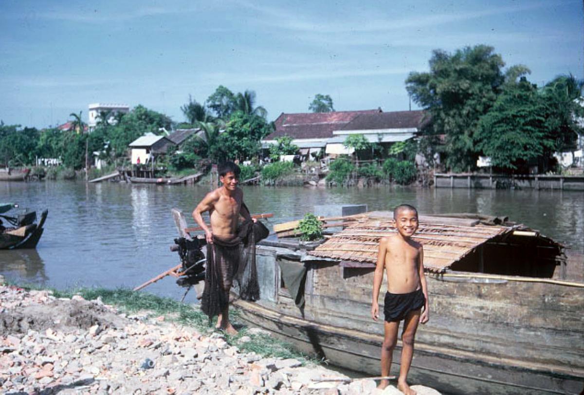 Hai người dân chày lưới ở Vĩnh Long năm 1967 - 1970 | Photo by Aldridge Gallery