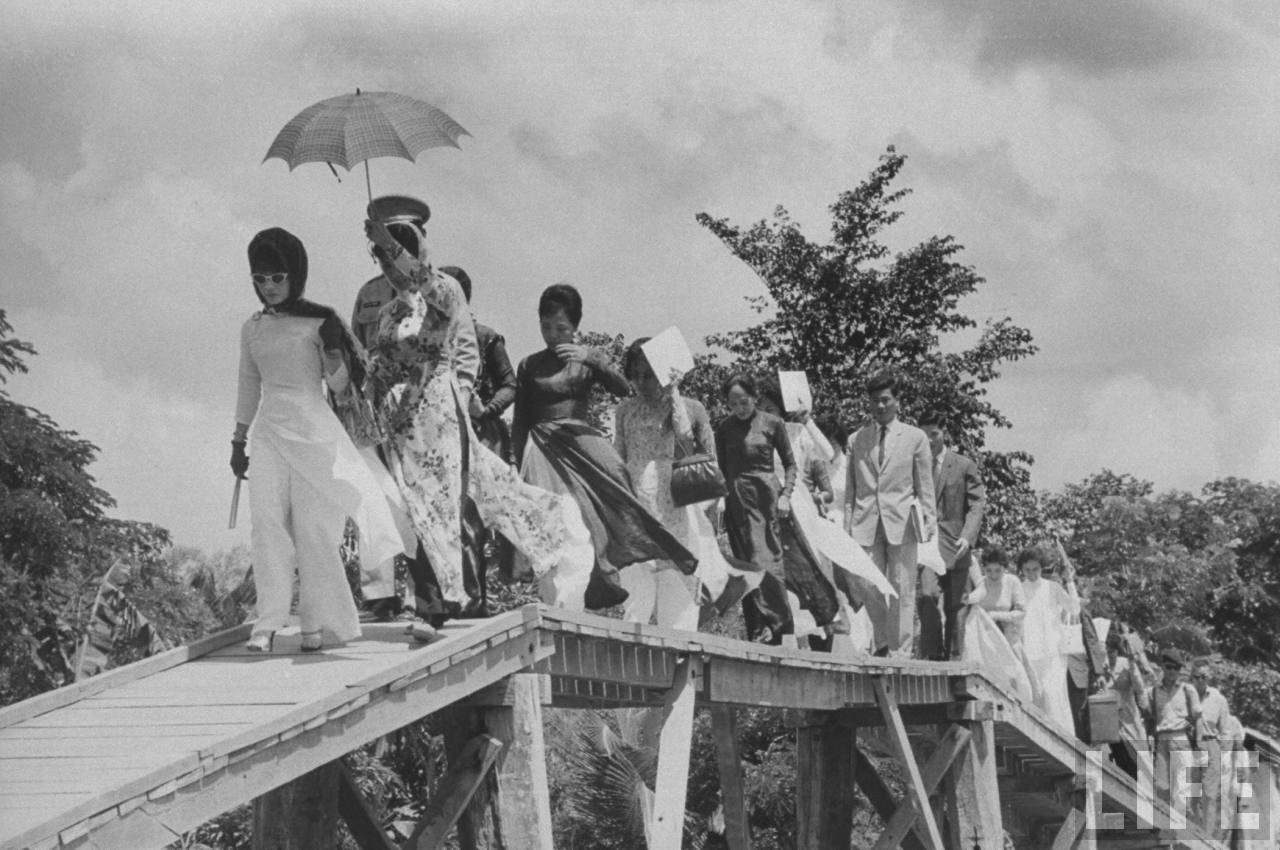Đệ nhất phu nhân Mrs Nhu bước qua cầy cầu Vĩnh Long tháng 7 năm 1962