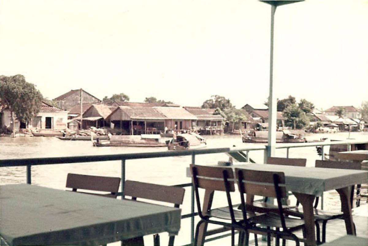 Nhà hàng nhìn ra con sông nhỏ Vĩnh Long năm 1967 - 1970 | Photo by Jennings Gallery