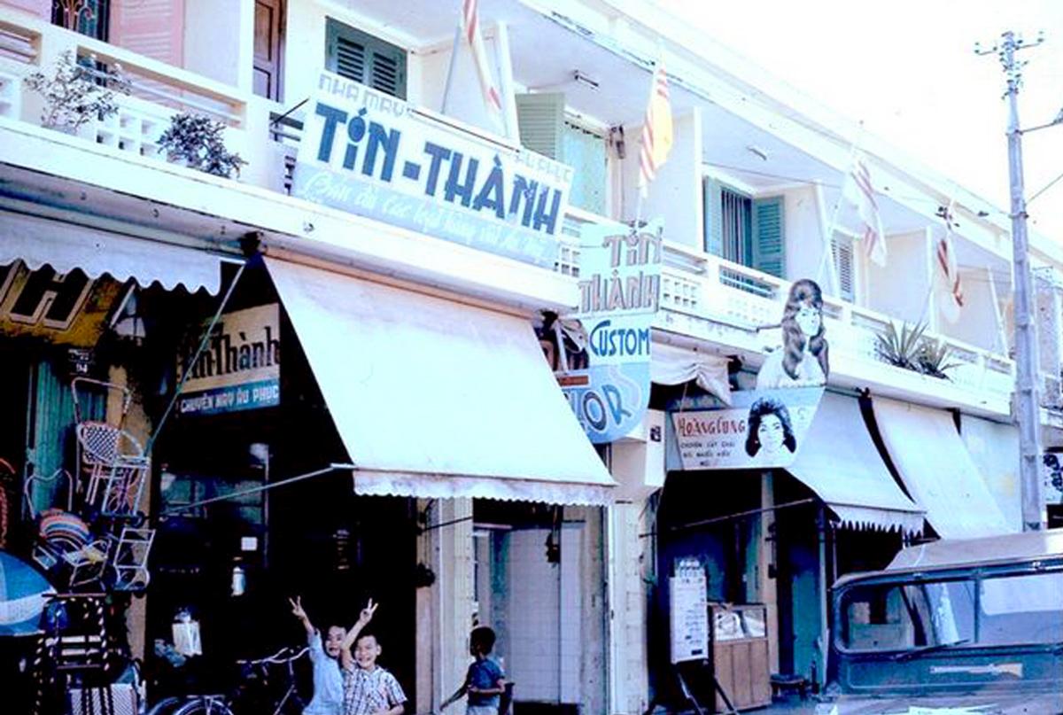 Nhà may Tín Thành Vĩnh Long năm 1965 - 1971 | Photo by Bruce Hill