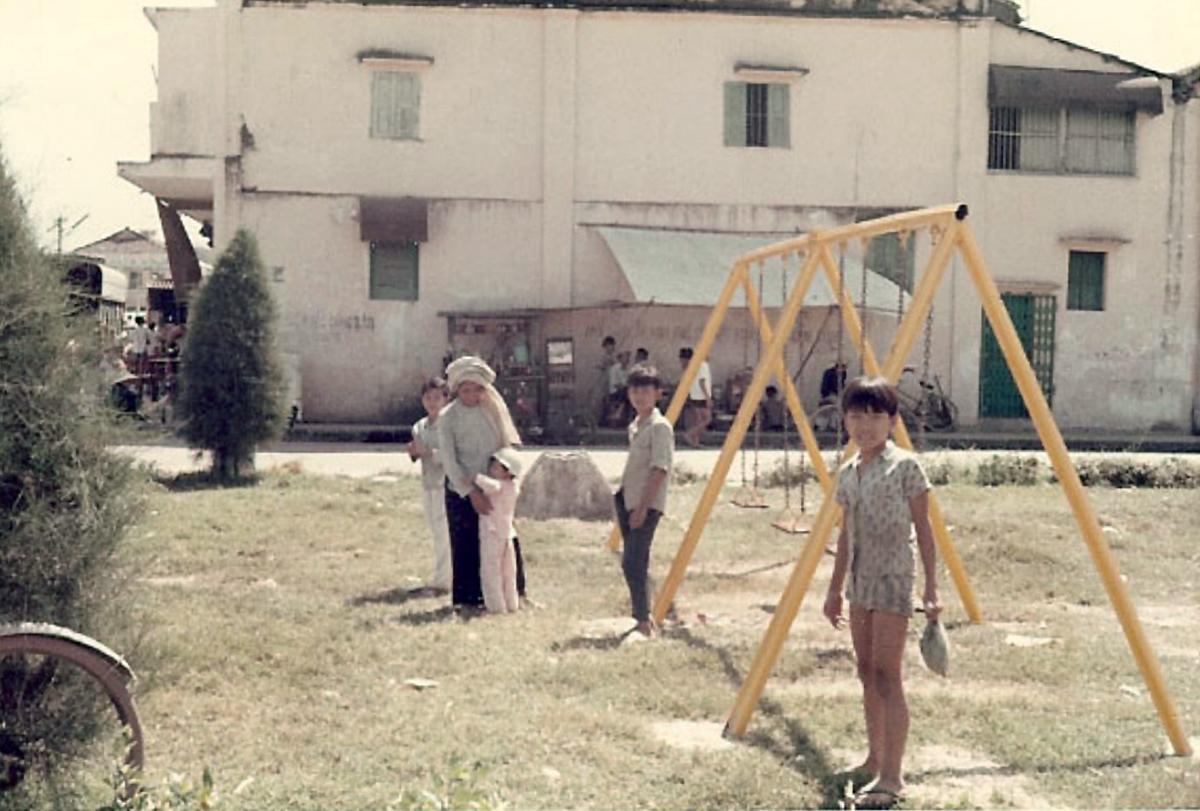 Những đứa trẻ vui chơi ở khu công viên Vĩnh Long năm 1967-1970 | Photo by Jennings Gallery