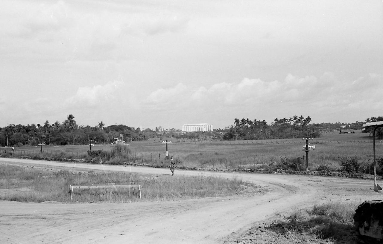 Phi trường Vĩnh Long nhìn về nhà thờ Chánh tòa Vĩnh Long