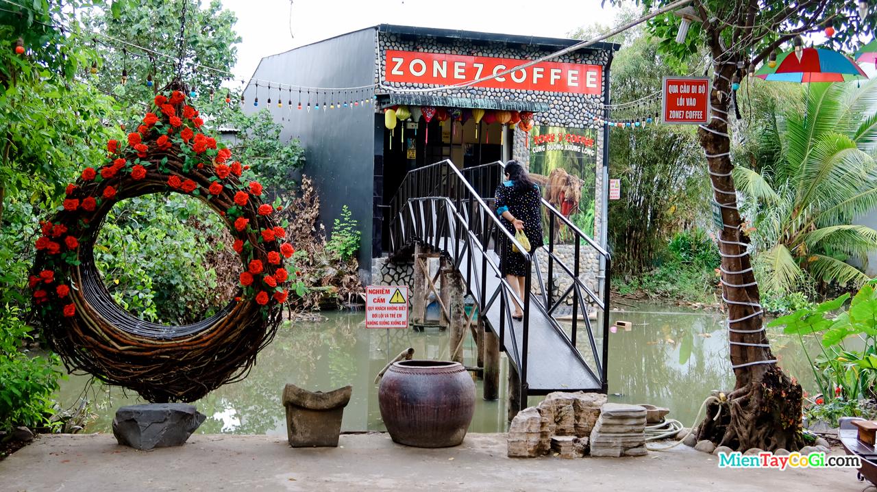 Qua cây cầu sắt để đến khu Nhà Gạch Men Zone 7 Coffee