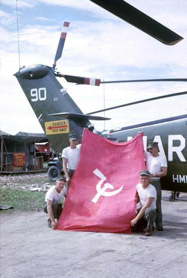 Chụp hình cờ Cộng Sản năm 1962 | Photo by Dickey Chapelle