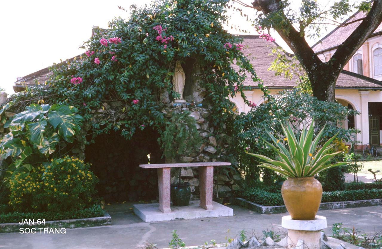Trang trí ở trước 1 bungalow tháng 1 năm 1964 Sóc Trăng | Photo by George Muccianti