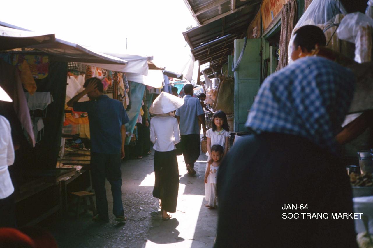 Lối vào các gian hàng trong chợ Sóc Trăng năm 1964 - Photo by George Muccianti