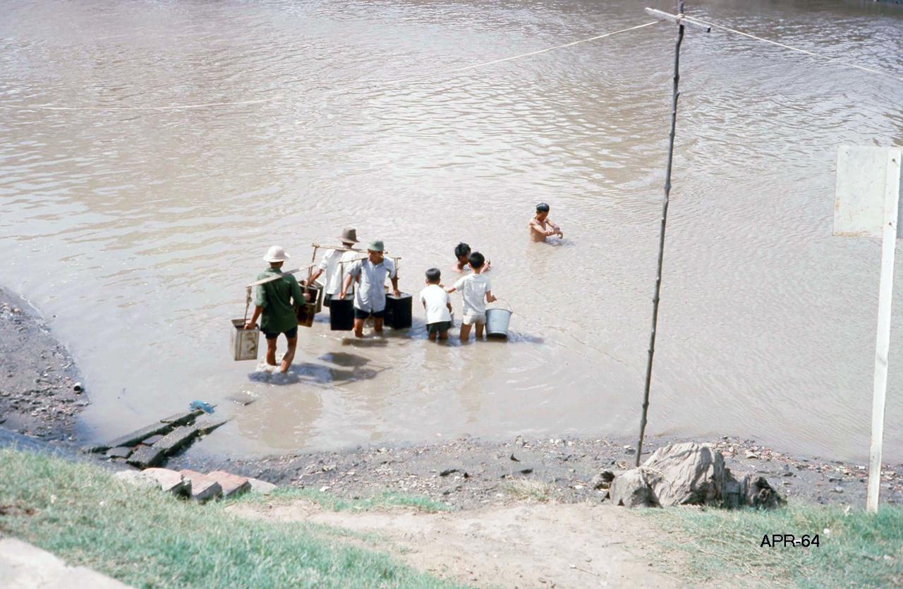 Gánh nước tháng 4 năm 1964 | Photo by George Muccianti