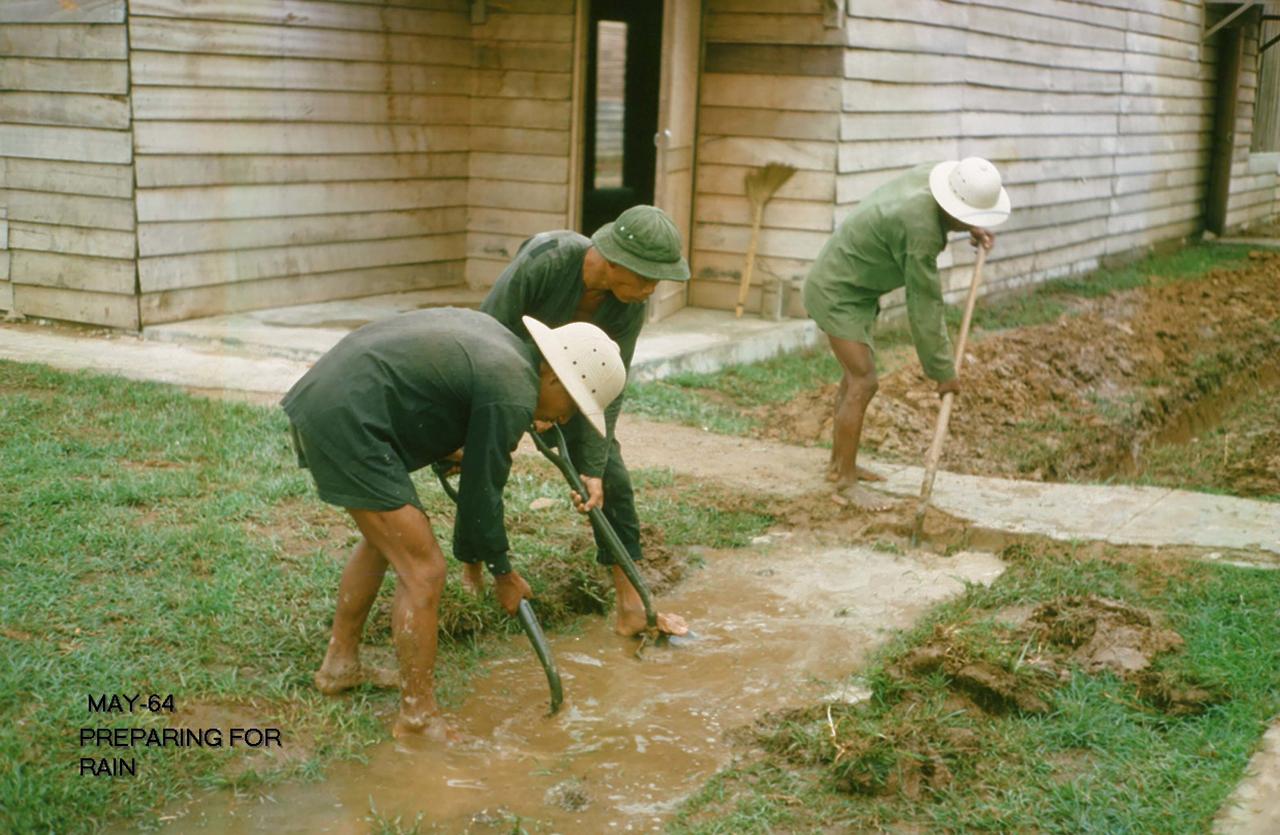 Đào đường nước để phòng chống ngập mùa mưa tháng 5 năm 1964 | Photo by George Muccianti