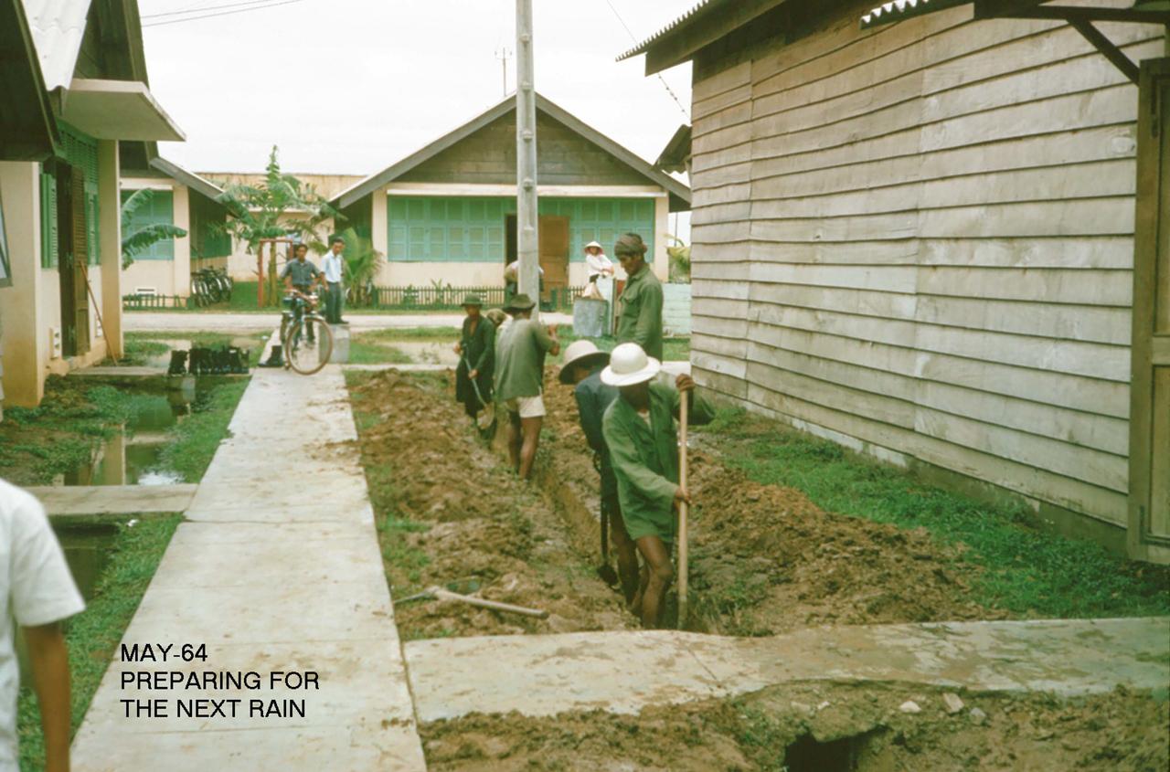 Đào đường nước để phòng chống ngập mùa mưa tiếp theo tháng 5 năm 1964 | Photo by George Muccianti
