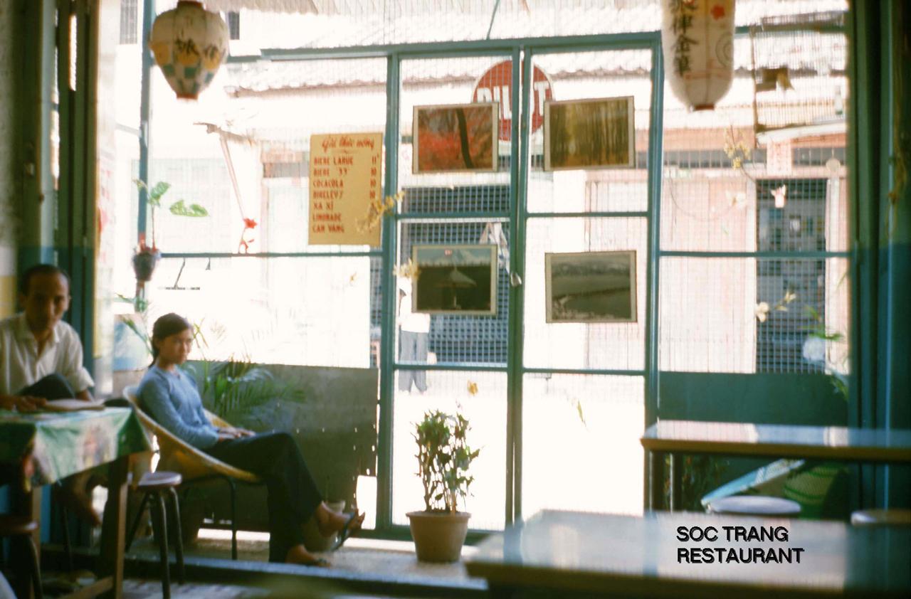 Trong một nhà hàng ở Sóc Trăng năm 1964 | Photo by George Muccianti