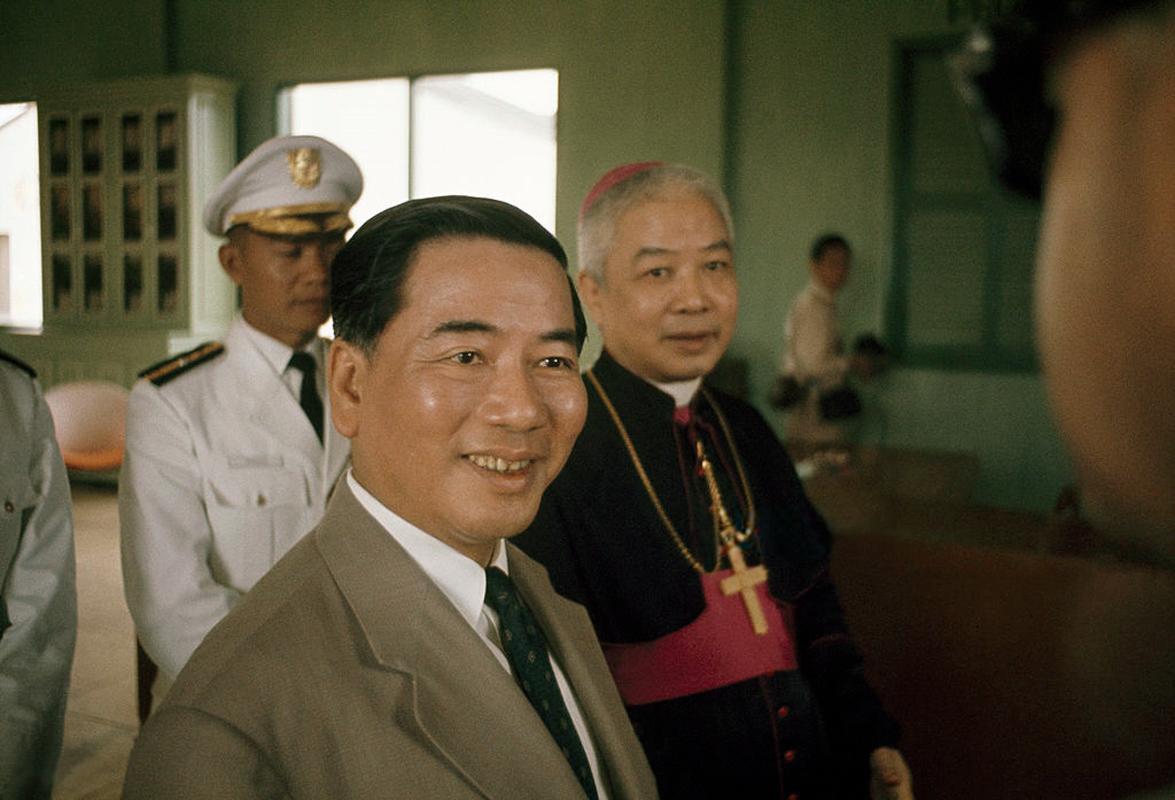 Tổng thống VNCH Ngô Đình Diệm và cha Phêrô Ngôi Đình Thục tại lễ khánh thành phi trường Vĩnh Long năm 1961 | Photo by Wilbur E