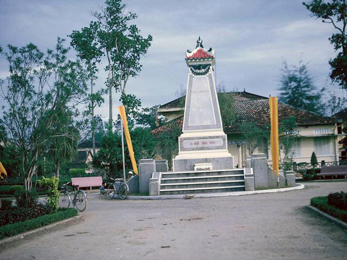 Tháp Vị Quốc Vong Thân trong công viên Độc Lập