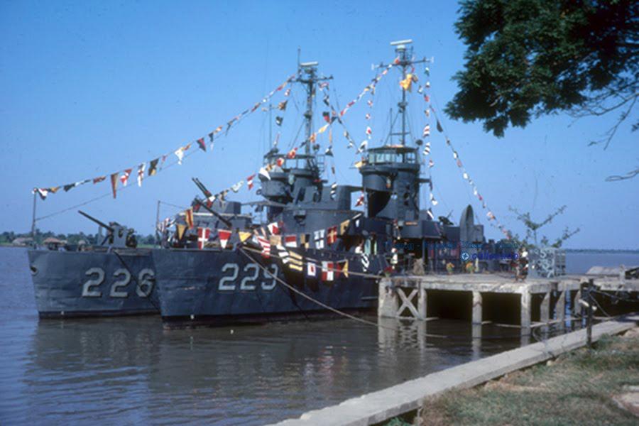 Trợ chiến hạm LSSL (Landing Ship Support Large) HQ226 Lê Phú Thọ - Cảng Vĩnh Long năm 1966 | Photo by Bruce Decker