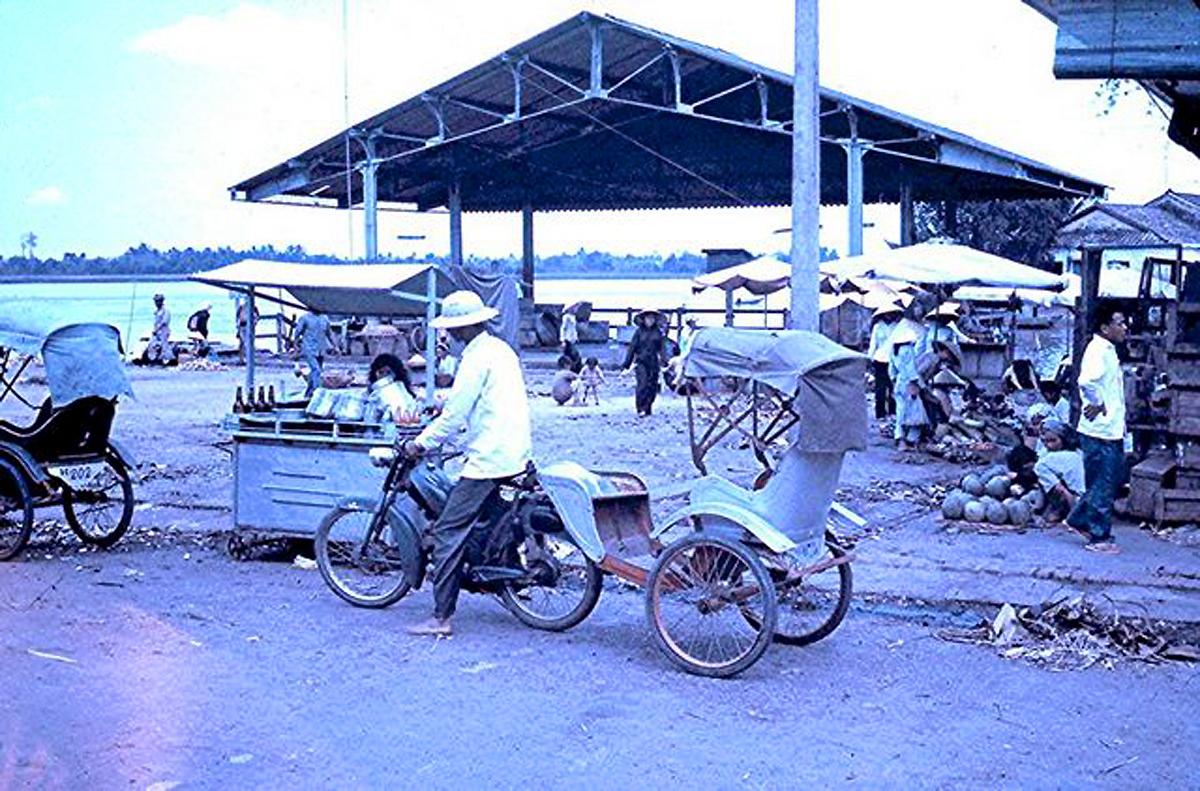 Bến tàu Vĩnh Long năm 1965 - 1971 | Photo by Bruce Hill