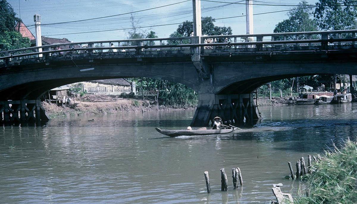 Cầu Lộ trên đường Lê Thái Tổ qua rạch Cá Ca Vĩnh Long năm 1967 - 1968