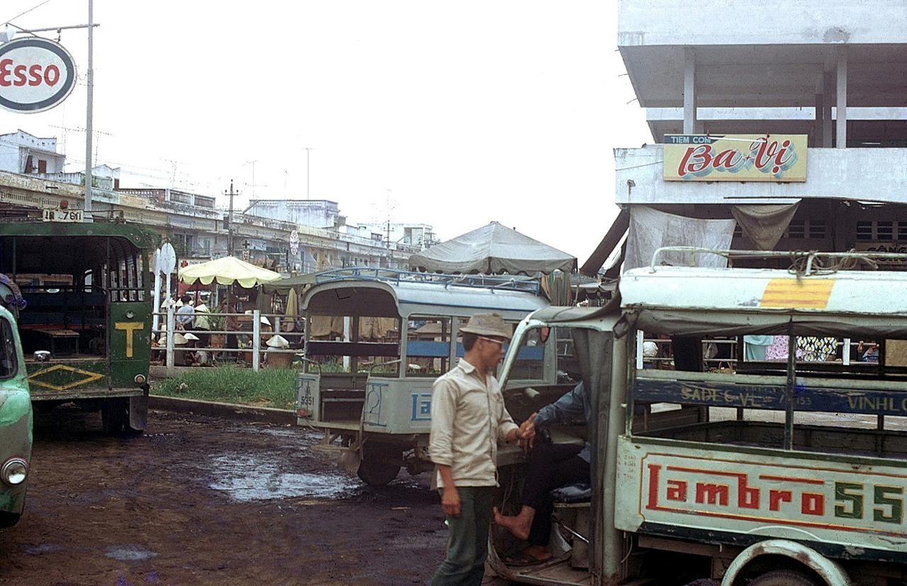 Chợ Long Châu với xe Lambro và tiệm cơm Ba Vị