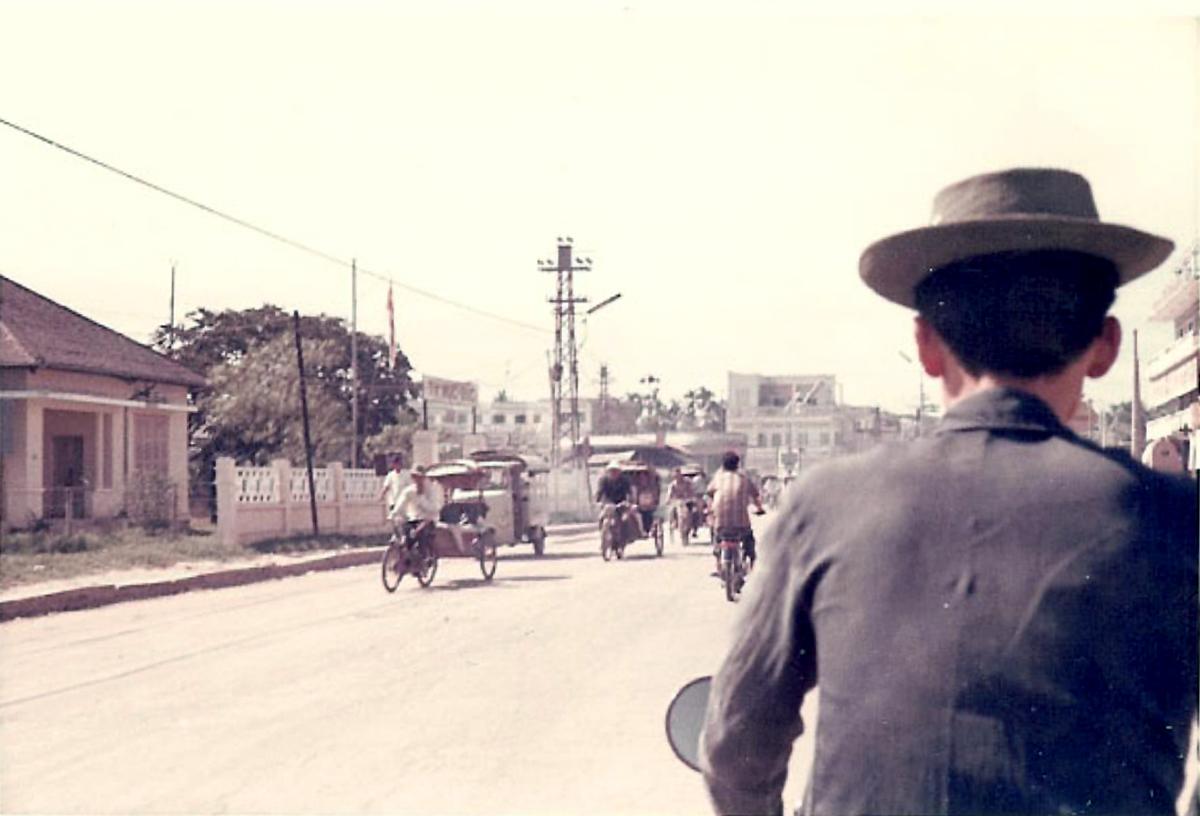Xe ba gác chở 1 vòng đường phố Vĩnh Long năm 1967 - 1970 | Photo by Jennings Gallery