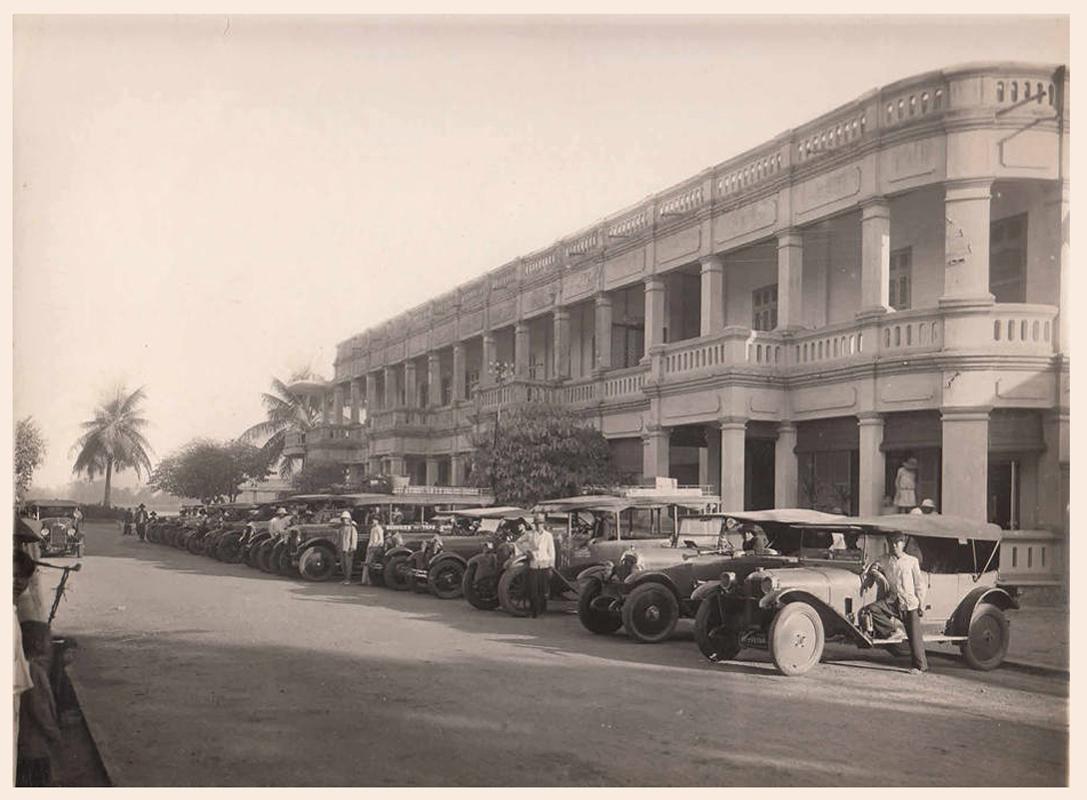 Xe đưa đoàn nội các của các tỉnh đến họp (Nay là nhà hàng Cửu Long) Vĩnh Long