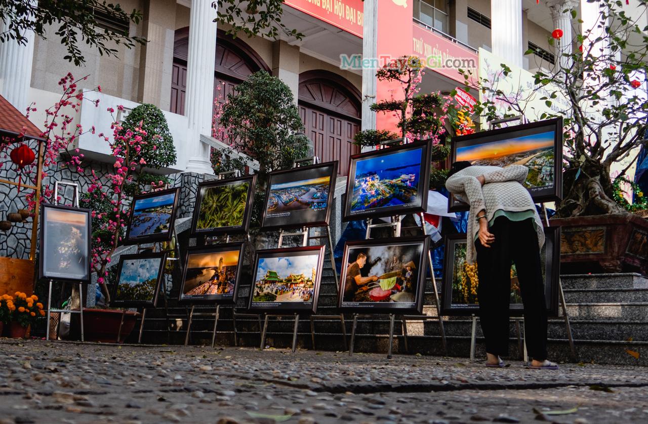 Bà cụ và triễn lãm tranh ở phố Ông Đồ