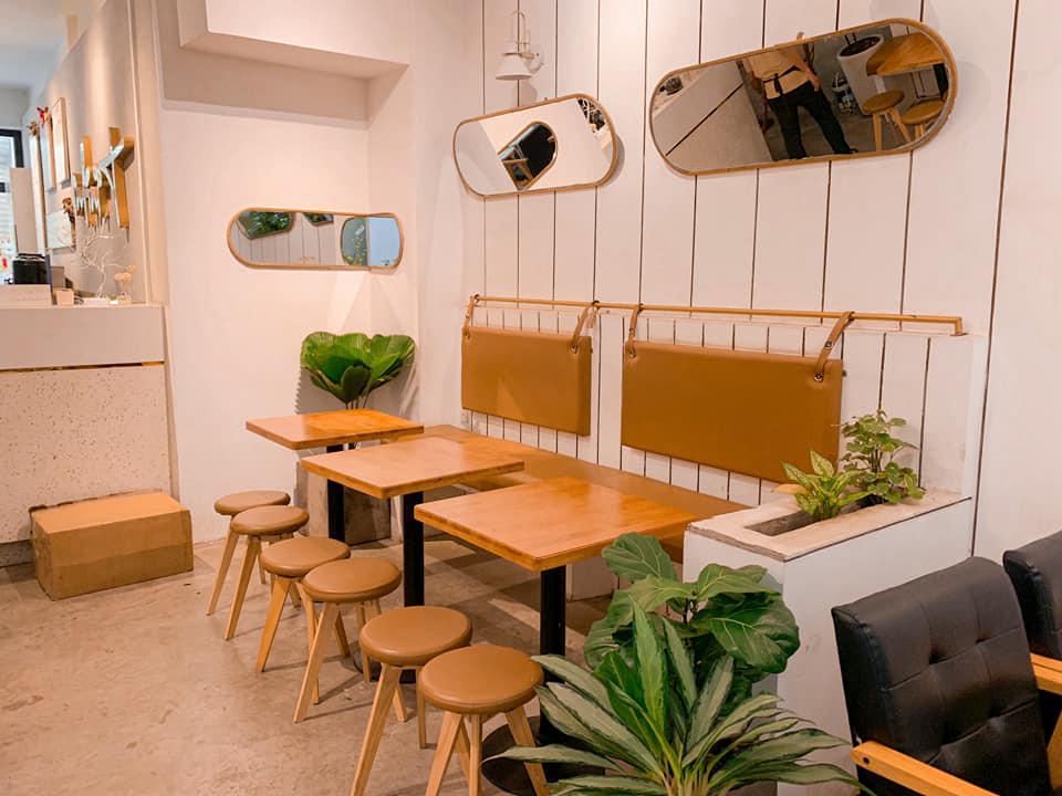 Bàn ghế gỗ ở tầng dưới quán cà phê