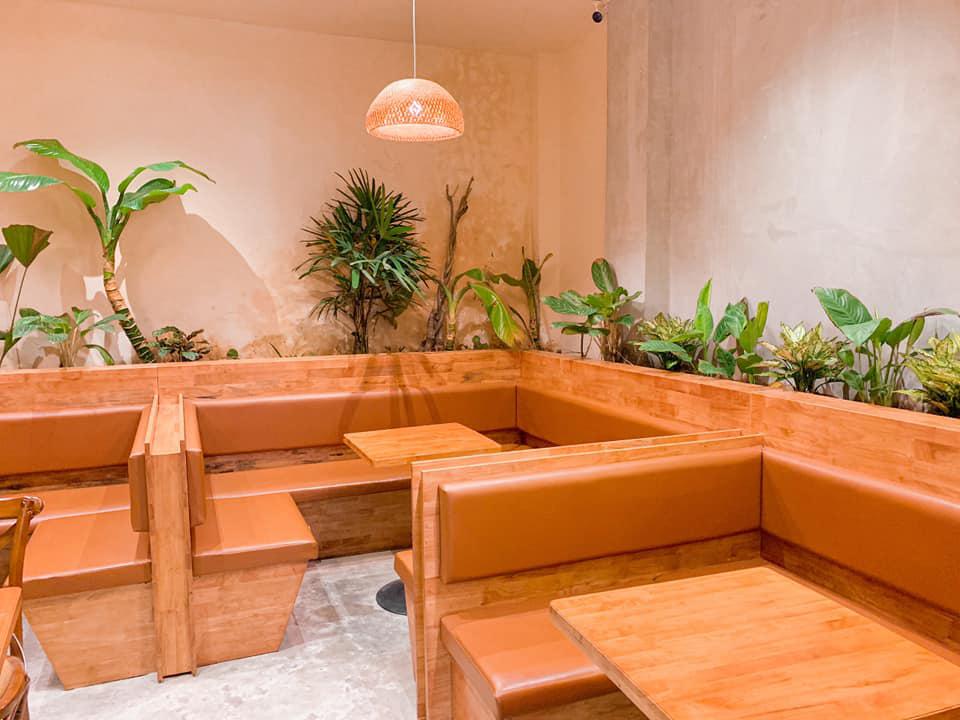 Bộ bàn ghế gỗ sắp đặt ở quán