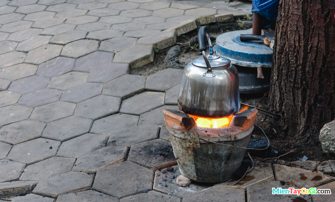 Cà phê vợt với siêu nước được hâm nóng