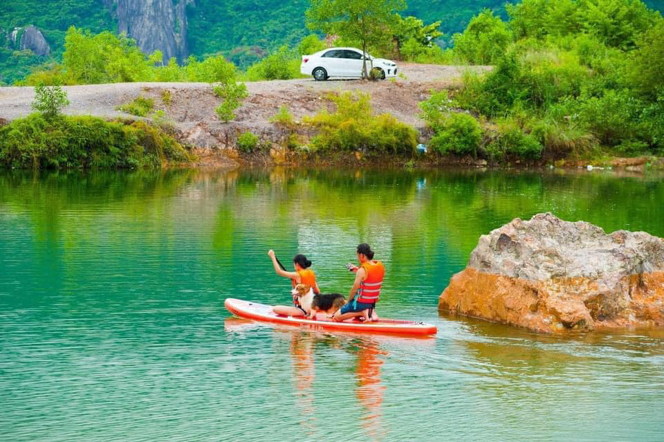 Chèo thuyền cùng thú cưng ở hồ Tà Pạ
