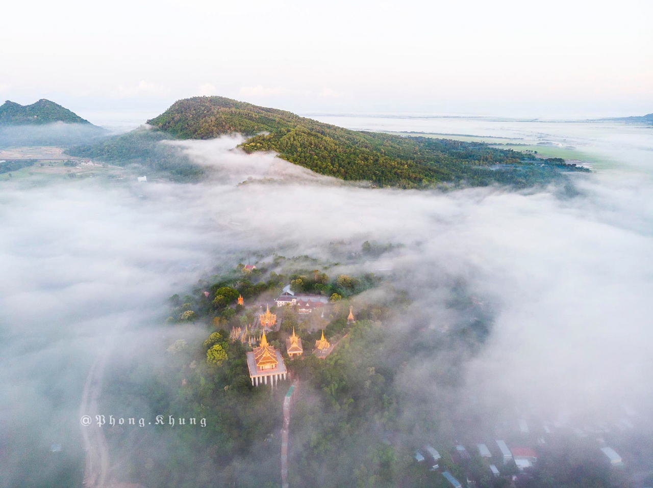 Chùa Tà Pạ nằm ở một ngọn đồi trên núi Tô