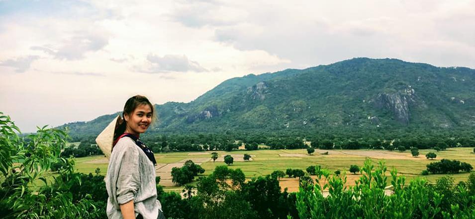 Du khách chụp hình với view nhìn ra phía cánh đồng lúa