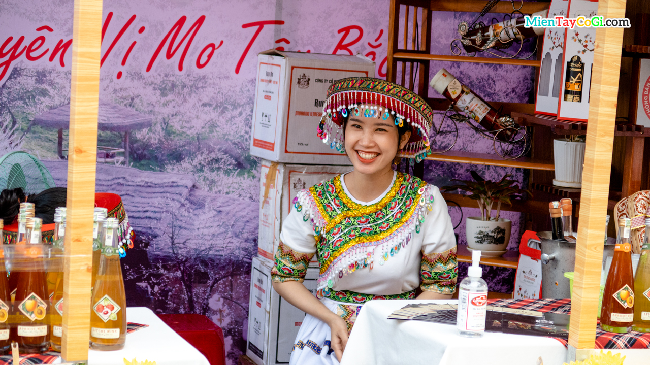Cô gái mặc đồ dân tộc bán hàng lưu niệm