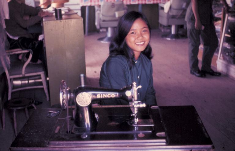 Cô gái thợ may Việt Nam trong doanh trại Tân An