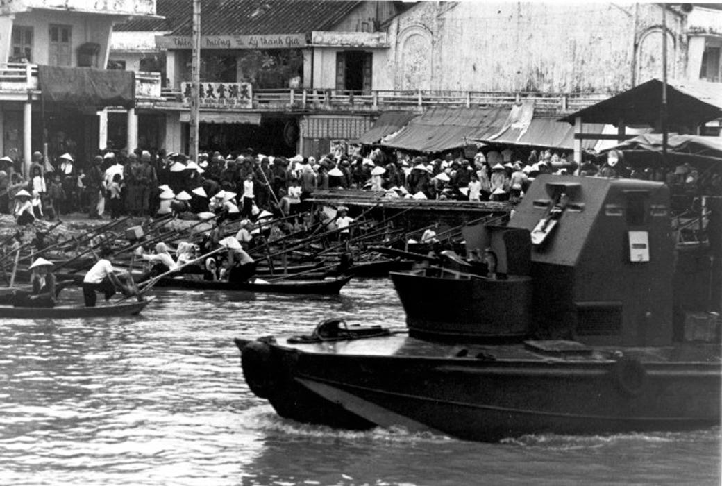 Đội xung kích quân đội Mỹ tuần tra khu vực chợ ở Vĩnh Long